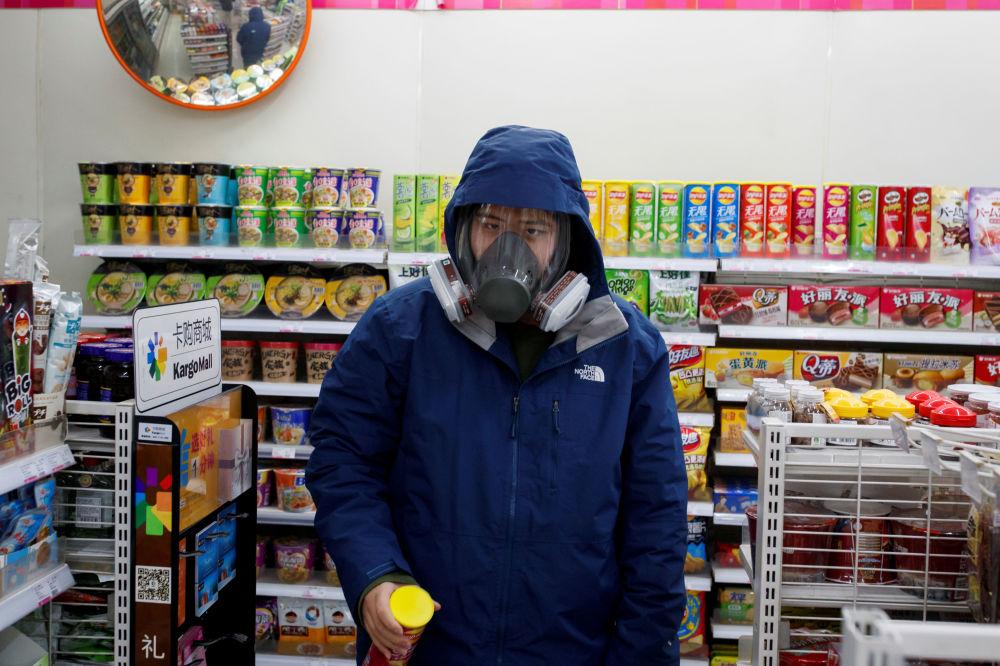 Житель Пекина надел противогаз - он решил так защититься от коронавируса во время похода в магазин за покупками