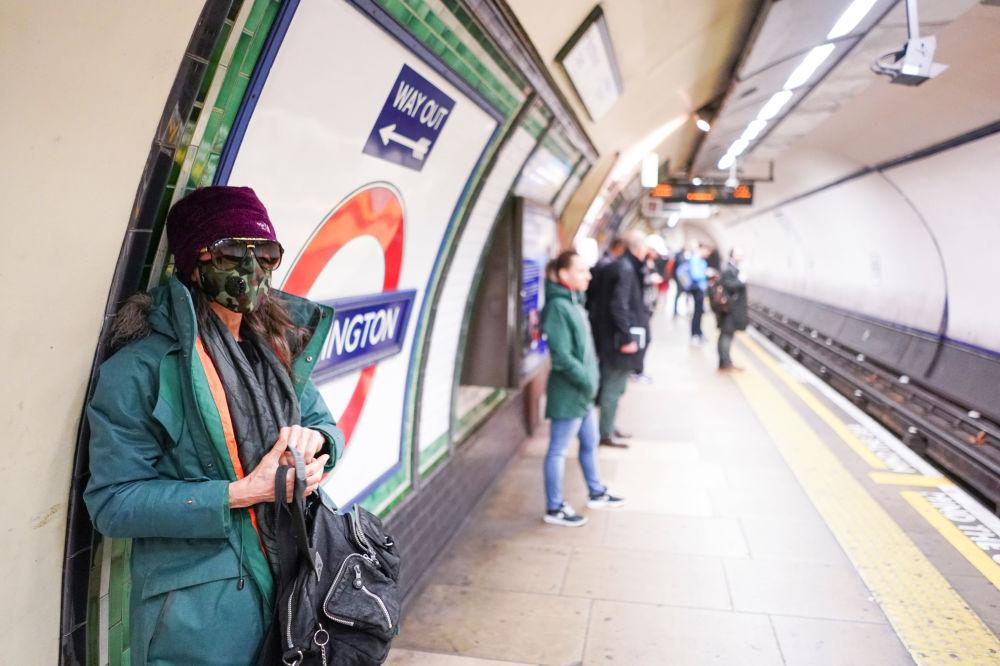 دختری با ماسک در مترو لندن