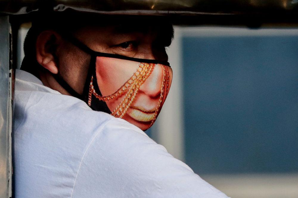 مردی با ماسک در فلیپین