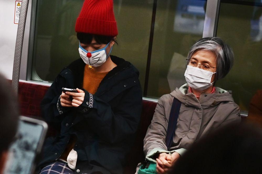 مردم با ماسک در مترو توکیو