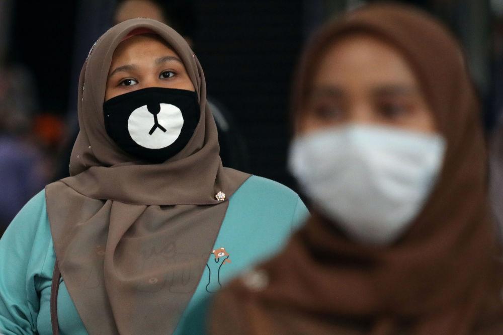 مسافری با ماسک در قطار مالزی