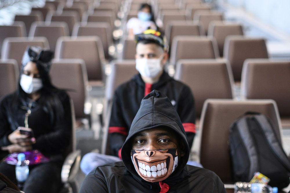 مردی با ماسک در هنگ کنگ