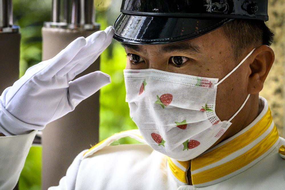 نگهبان با ماسک در بانکوک