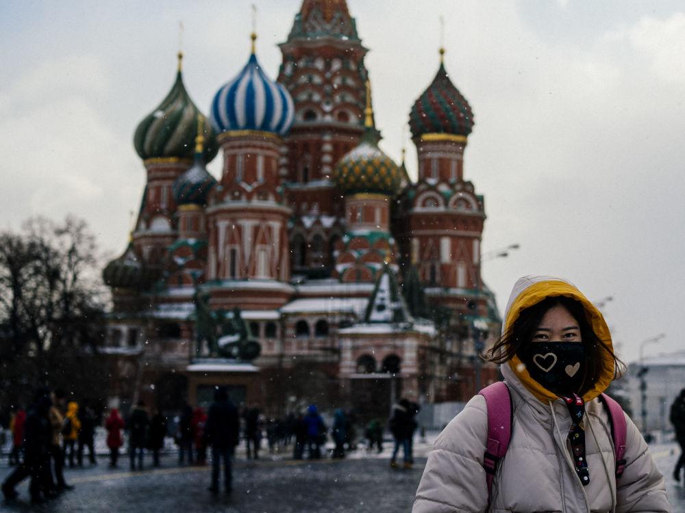 توریستی با ماسک در میدان سرخ مسکو
