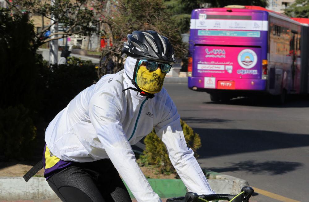 دوچرخه سوار ایرانی با ماسک