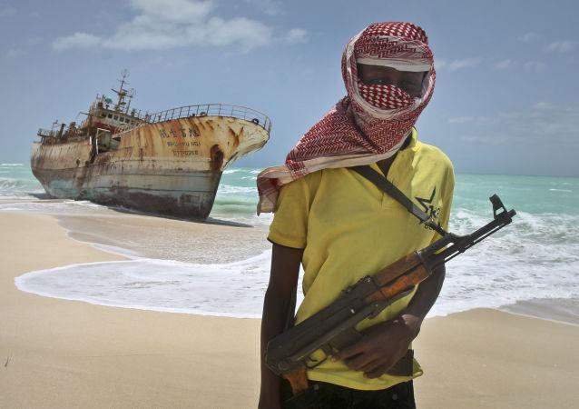 دو کشتی که ملوانان روس را بر روی عرشه داشت مورد حمله دزدان دریایی قرار گرفتند