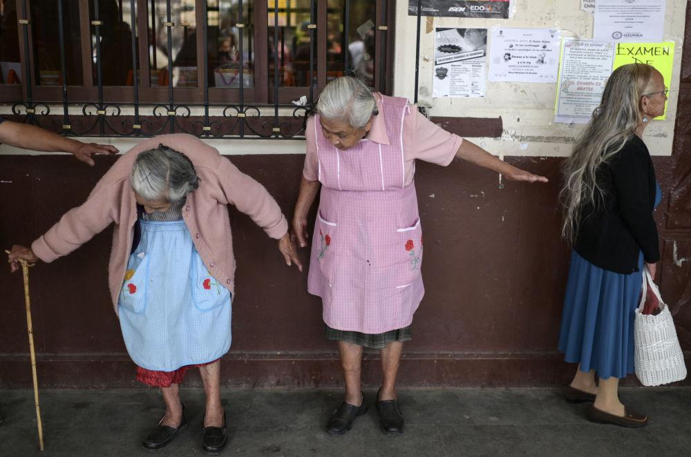 زنان در صف برای ثبت در برنامه کمک اجتماعی در مکزیک