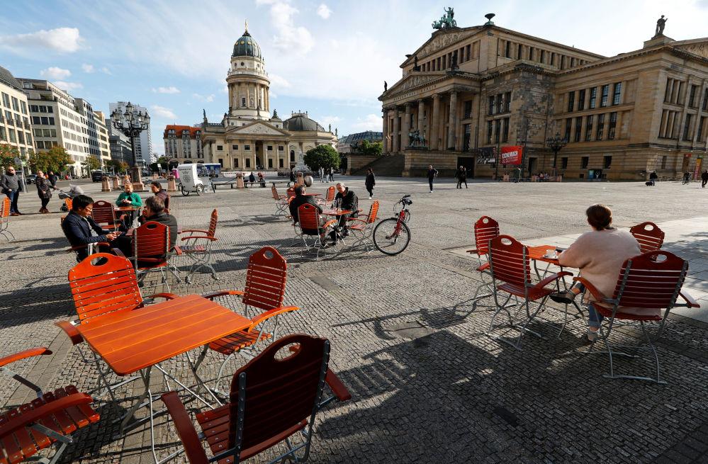 مردم در کافه ای در برلین