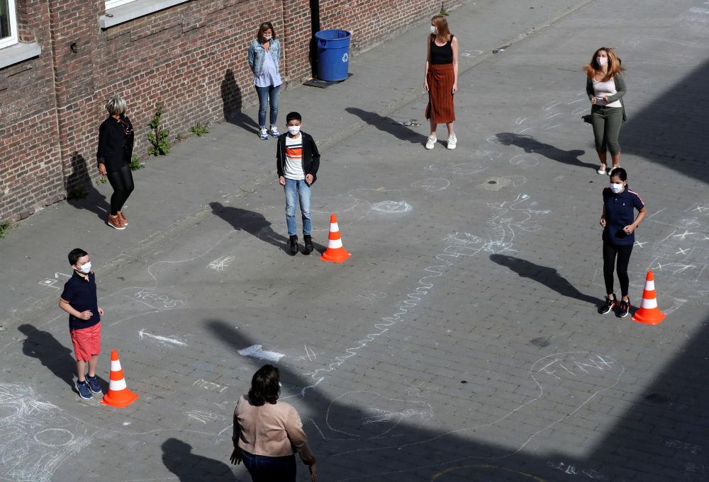 معلم و دانش آموزان در مدرسه ای در بلژیک