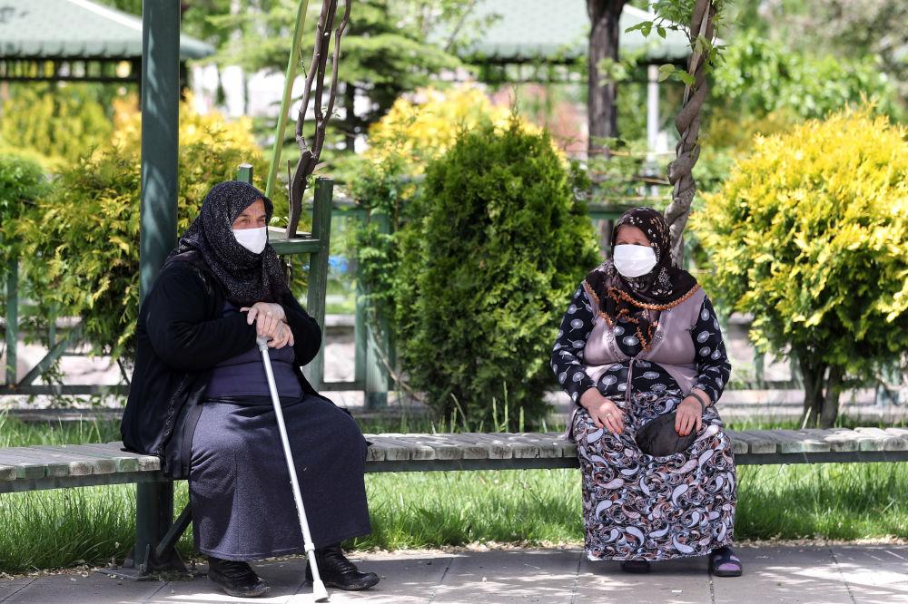 زنان مسن با ماسک های پزشکی در آنکارا
