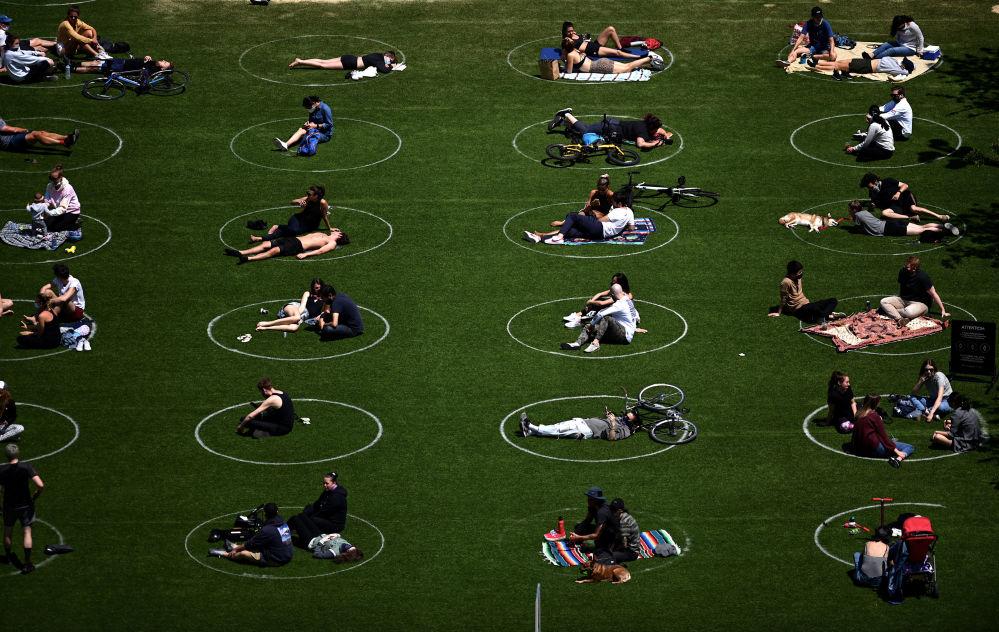 رعایت فاصله اجتماعی توسط مردم در پارک دومینو در نیویورک آمریکا