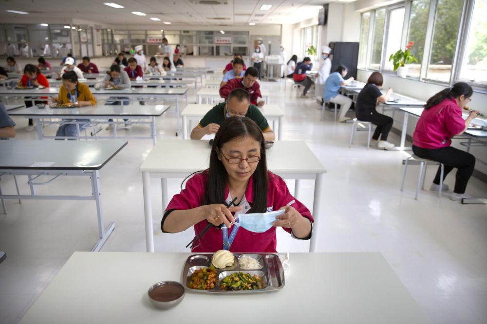 کارکنان کارخانه ای در پکن هنگام صرف ناهار