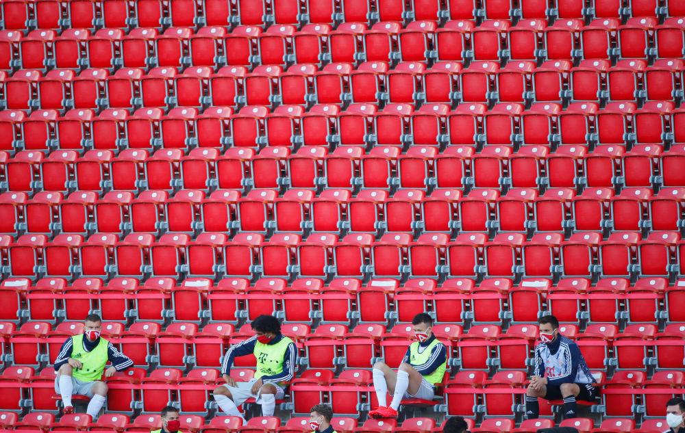 فوتبالیست ها در قسمت تماشاچی ها با رعایت فاصله اجتماعی در برلین