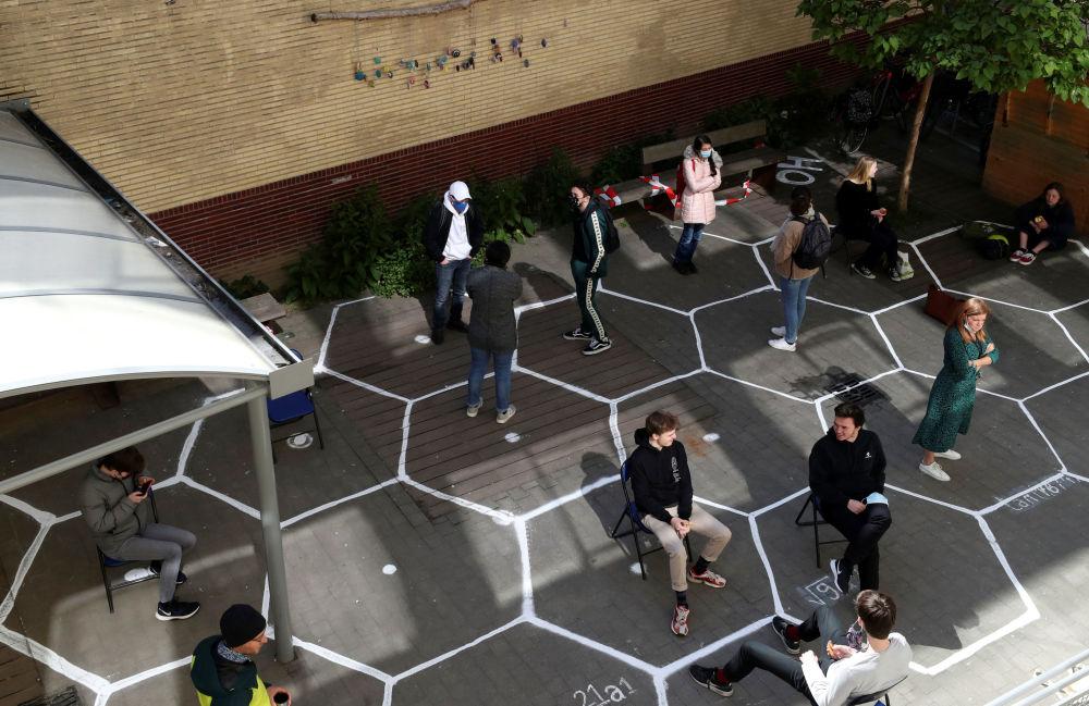 محصلین در حال رعایت فاصله اجتماعی در بروکسل