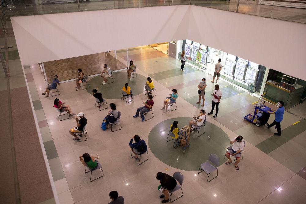 خریداران با رعایت فاصله اجتماعی در مرکز خرید در فلیپین