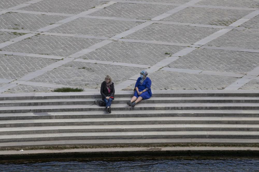 زنان در ساحل سن در پاریس
