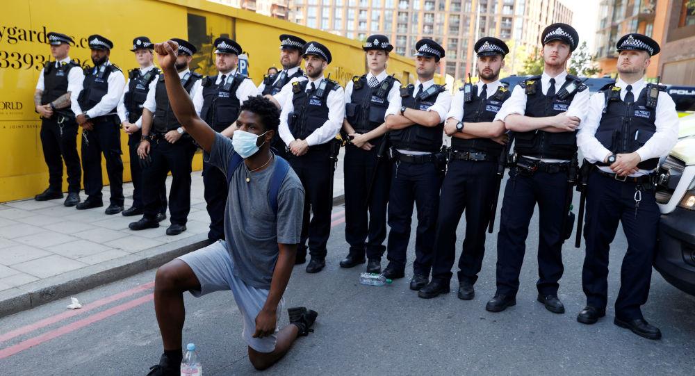 تلاش معترضین نژاد پرستی در لندن برای ورود به دفتر نخست وزیر +ویدئو