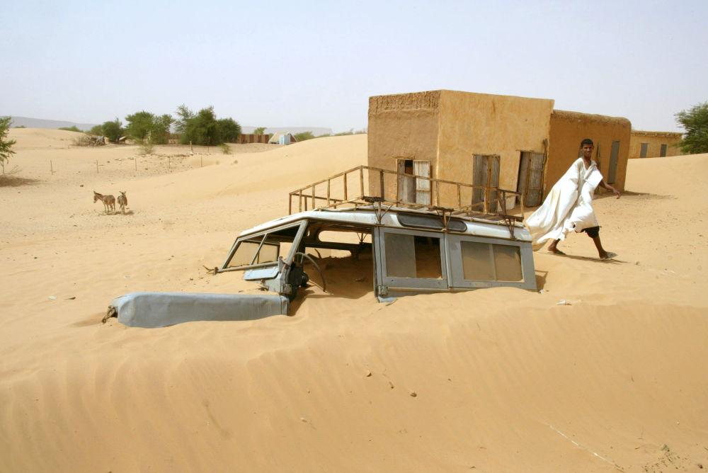 ماشین فرورفته در شن ها در منطقه بومدید در موریتانی