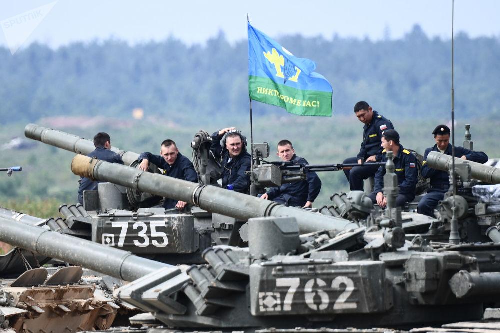 خدمه تانک تی-72 در آخرین مرحله مسابقات بیاتلون تانکی در حومه مسکو.
