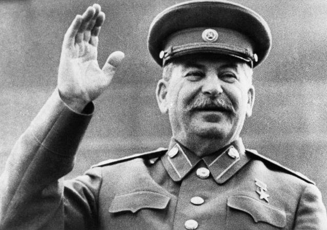 دیلی میل: کردها دارای استالین سبیلو و یونیفورم پوش خود هستند